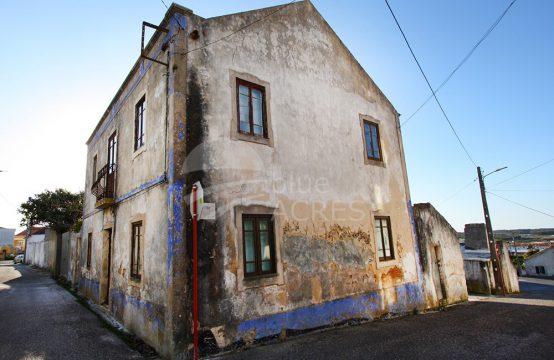 1003 | Prédio com moradia e anexos na Serra d'El-Rei, para recuperar