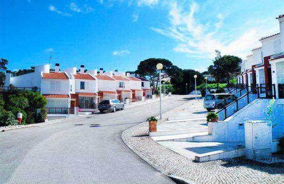 1009 | Moradia T3, em condomínio com piscina, frente à Lagoa de Óbidos