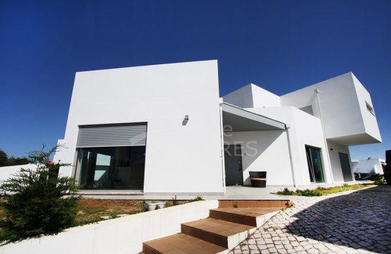 1007 | Moradia T3 contemporânea, com piscina e garagem em Pero Moniz