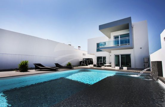 1007 | Contemporary 3 + 1 bedroom villa with pool and garage in Pero Moniz