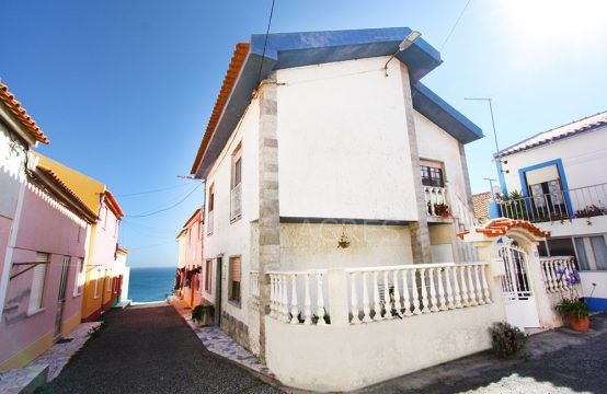 1013 | 2 bedrooms house, 30 meters from the sea, ready to inhabit, Peniche