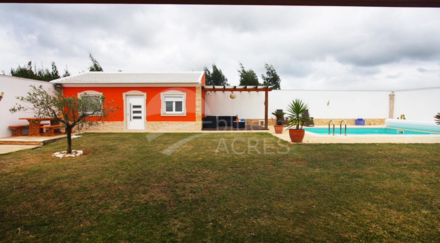 1020, detached 3 bedroom villa with annex T1, pool and gym