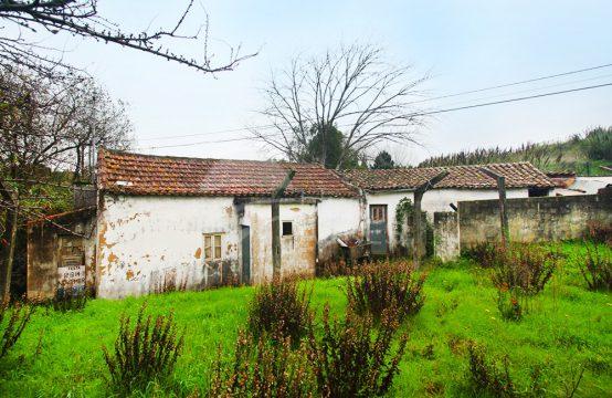 1046 | Propriedade mista, com casas para recuperar, no Avenal, Caldas da Rainha