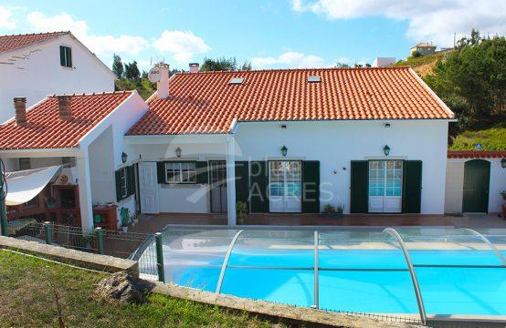 1218-598 | Moradia T3+1, com piscina, pronta a habitar na aldeia de Vilar, Cadaval