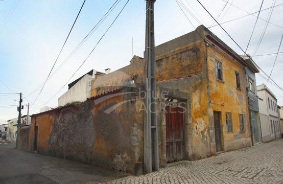 1091 | Prédio para recuperar, garagem, quintal e terraço, Atouguia da Baleia