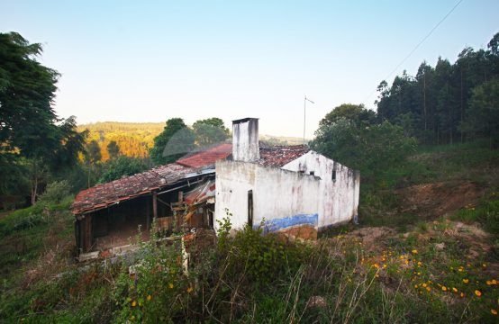 1093 | Pequena moradia para recuperar, perto da barragem e de Óbidos