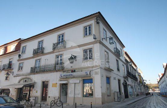 5017 | Prédio com comércio, para remodelar, junto ao Mosteiro de Alcobaça