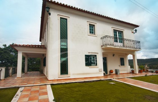 1076 | Moradia T4, logradouro com piscina, sala de tertúlia, A-dos-Francos
