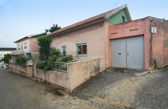 1112 | Conjunto de 2 moradias, com logradouro, centro de Moita dos Ferreiros