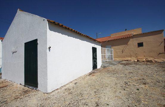 1113 | Conjunto de 2 moradias e armazém, com parcela rústica, Peral